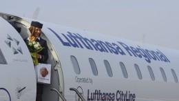 Debrecen, 2016 április 11. Légiutas-kísérõ a Lufthansa Bombardier ajtajában a Debreceni Nemzetközi Repülõtéren               MTI Fotó: Czeglédi Zsolt