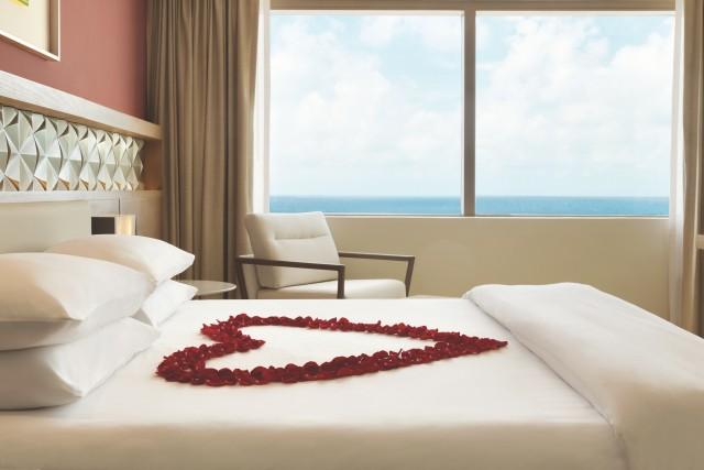 Hyatt-Ziva-Cancun-P195-Ziva-Club-Oceanfront-Corner-Suite-Rose-Petals-on-Bed.adapt.640.800