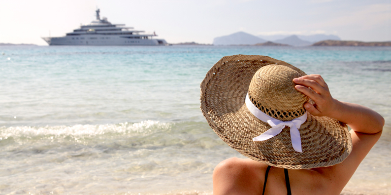 woman-sun-hat-beach-ship-770