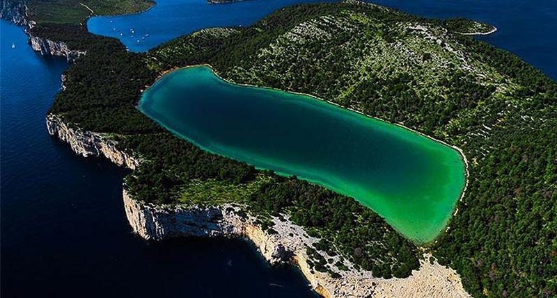 A Mir tavat meredek sziklafalak választják el  a tengertől