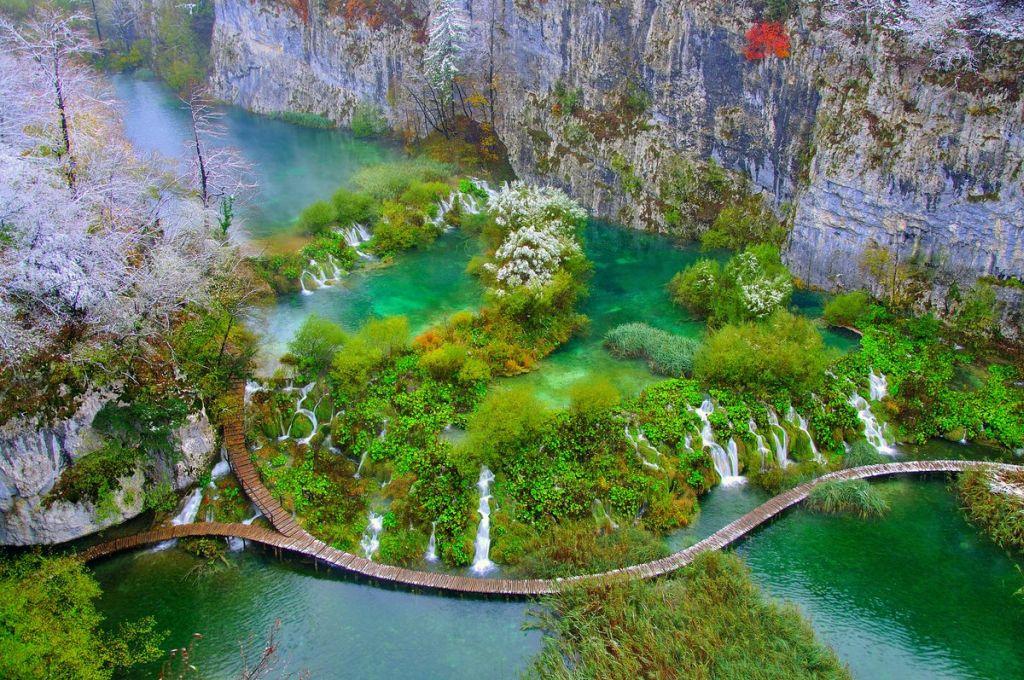 Pillantás fentről a nemzeti parkban lévő egyedülálló vízi világra: Plitvicei tavak