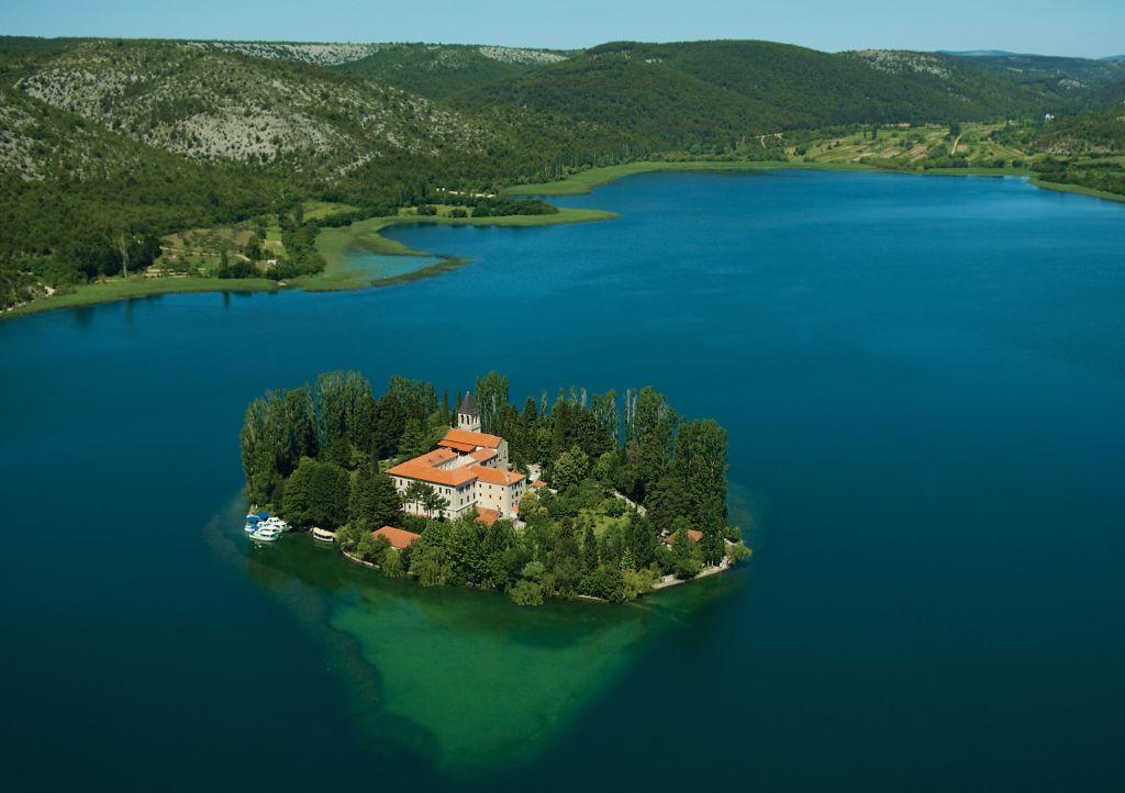 Mint egy álomkép: a Visovaci-tó a kolostorszigettel