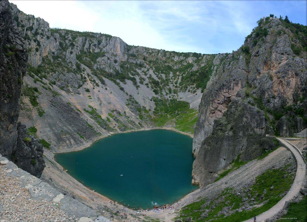 A Kék tó derűsen csillogó, tintaszerű vizének köszönheti a nevét