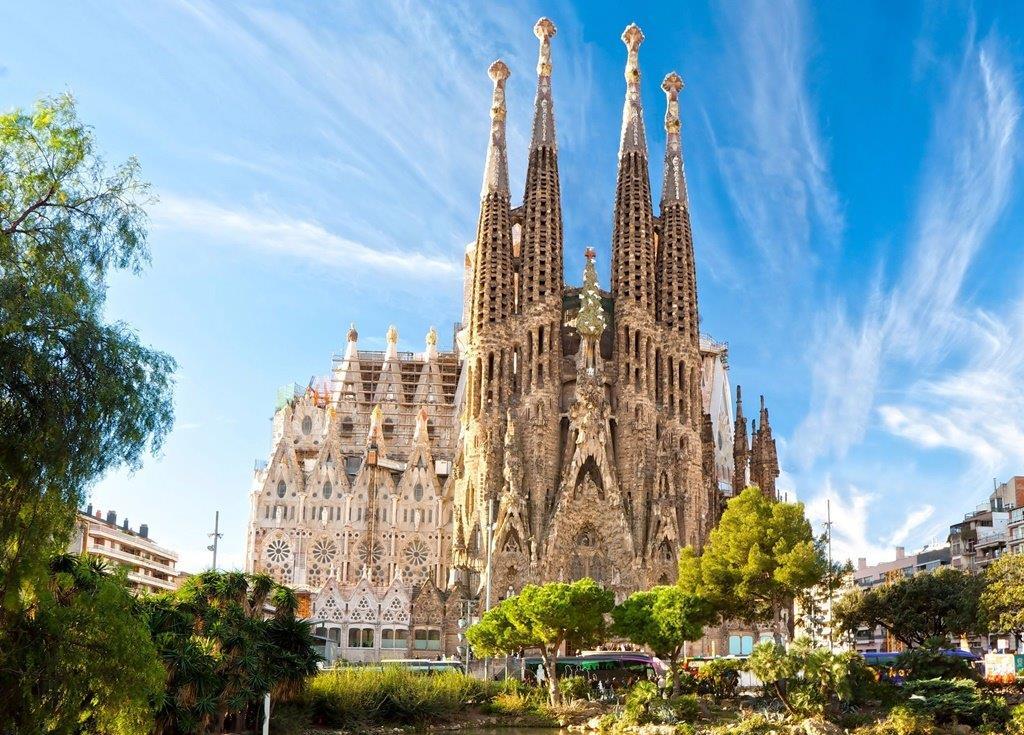 Barcelona legjellegzetesebb épülete az Antoni Gaudi által tervezettSagrada Familia katedrális