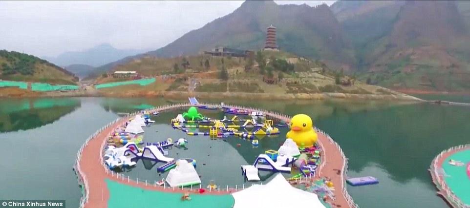 """Ezenkívül még számos show műsor és egyéb """"highlight""""-okvárják a látogatókat a Hongshui folyón, mint pl. egy túlméretezett sárga úszó kacsa, mint amilyeneket a családi fürdőkádból ismerünk"""