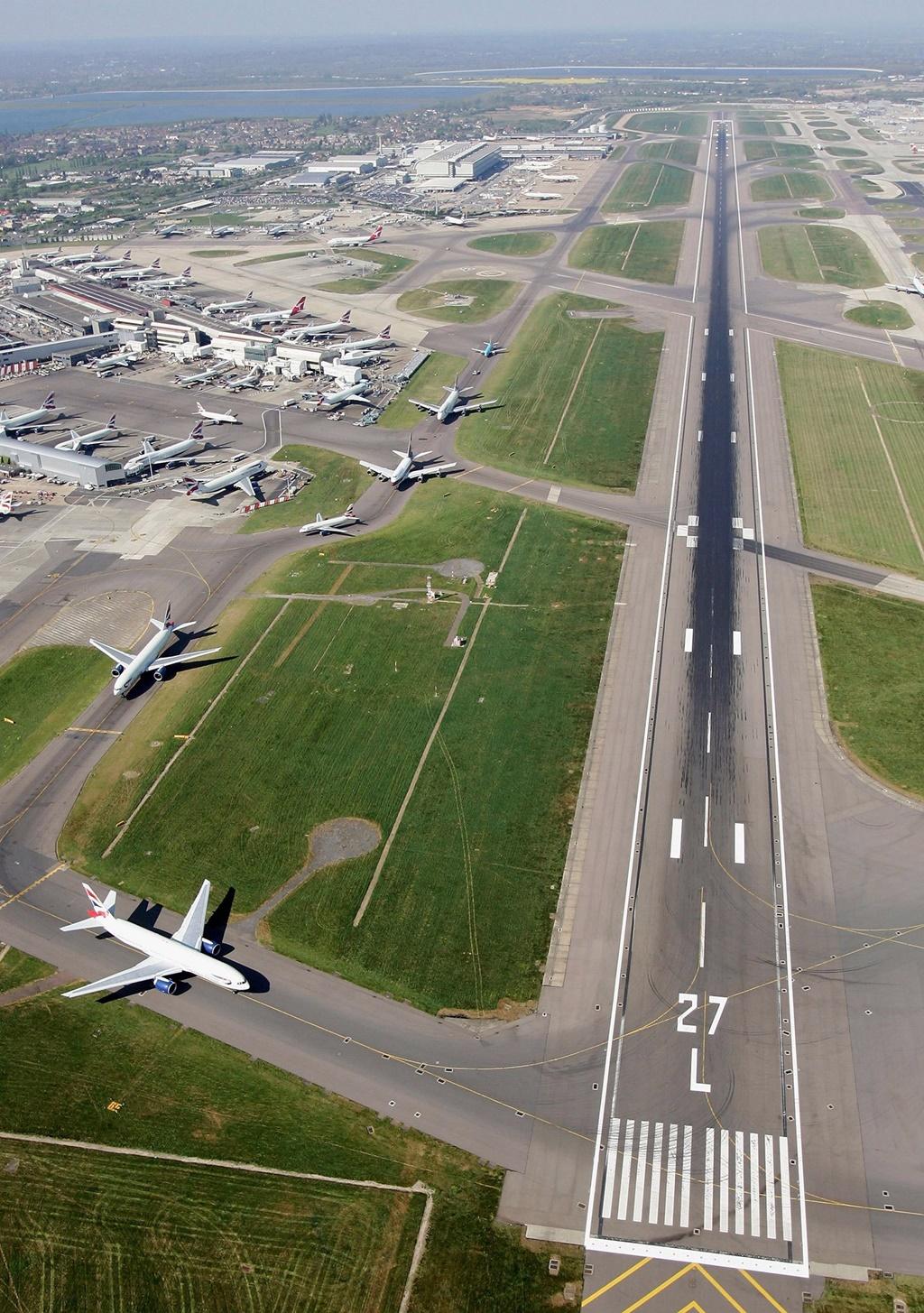 A londoni Heathrow Airport kifutópályáján lévő nagy 27-es szám 270 fokot jelez balra a pilóták irányának
