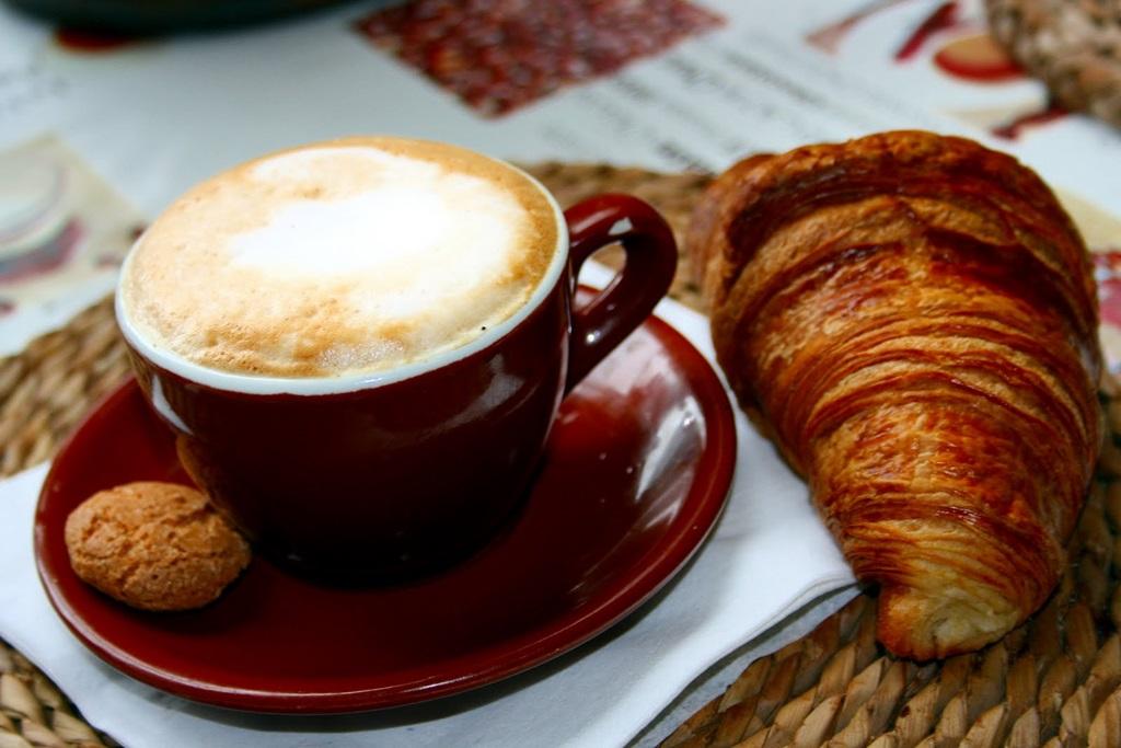 Egy igazi olasz reggeli: cappuccino e cornetto