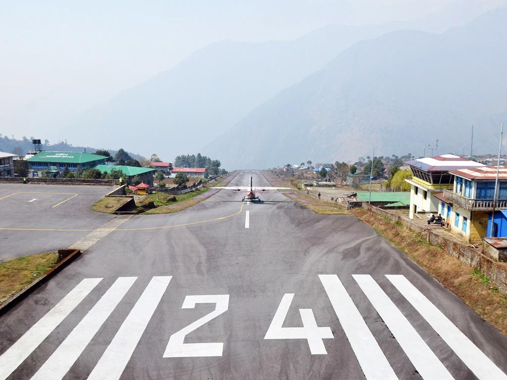 Példának okáért ez itt a Tenzing-Hillary Airport, más néven Lukla Airport felszállópályája Nepálban egy nagy 24-es számmal