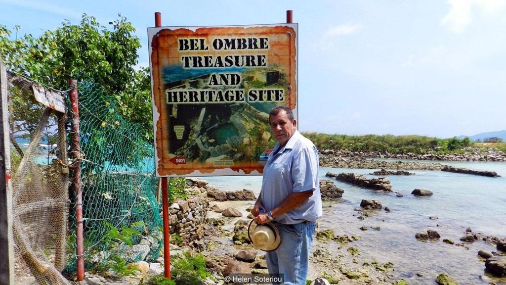 John Cruise-Wilkins Bel Ombre tengerpartján, ahol a kalózkincs helyét sejti; Kép forrása: BBC - Travel