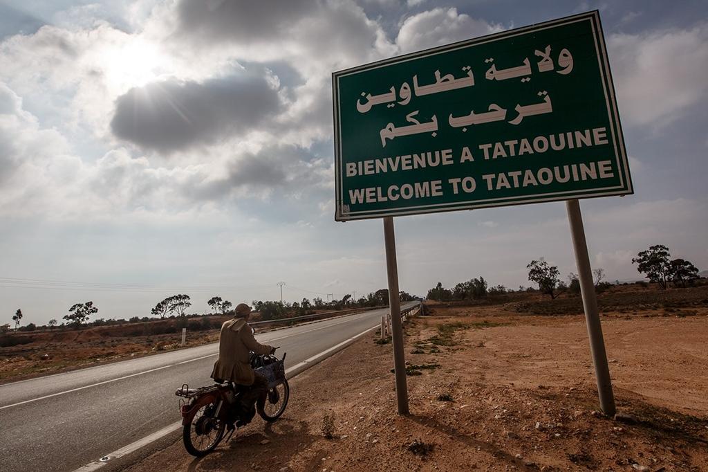 A tunéziai Tataouine (vagy másképpen írva a filmbéli Tatooine) valóban létezik, bár az oázis-város, amely a sivatagi bolygónak nevet adott, még 400 km-rel délebbre fekszik.