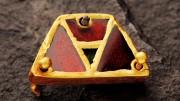 Hun kori lószerszámveret (arany, almadin, zöld üveg)