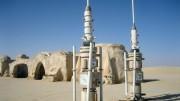 """A Csillagok háborúja I. részében (Baljós árnyak) Mos Espa az űrállomás neve, és egyben Anakin Skywalker hazája is, akiből később """"én vagyok az apád"""" Darth Vader lesz. Az egykori filmváros Tunézia déli részén fekszik, és a világ minden részéből azóta is vonzza a film kedvelőinek tömegeit."""
