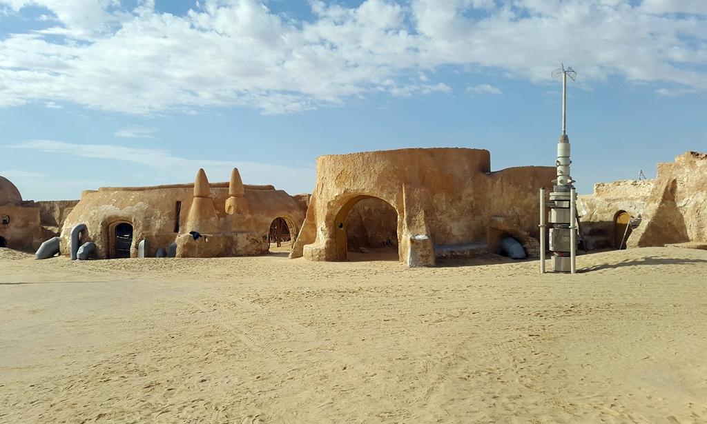 Tozeur-tól északnyugatra ez a 20 épület még ma is áll. A külső szemlélő számára nagyon igazinak néz ki minden, csak éppen hátulról nézve látszik, hogy papírmaséból és fából tákolták össze a díszleteket. Eddig a Star Wars rajongók adományaiból igyekeztek az öregedő kulisszák állagát megőrizni, de a vándorló homokdűnék most újabb veszélyt jelentenek rájuk.