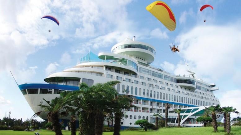 A Sun Cruise Resort & Yacht Hotel egy hatalmas óceánjáró hajónak álcázva magát