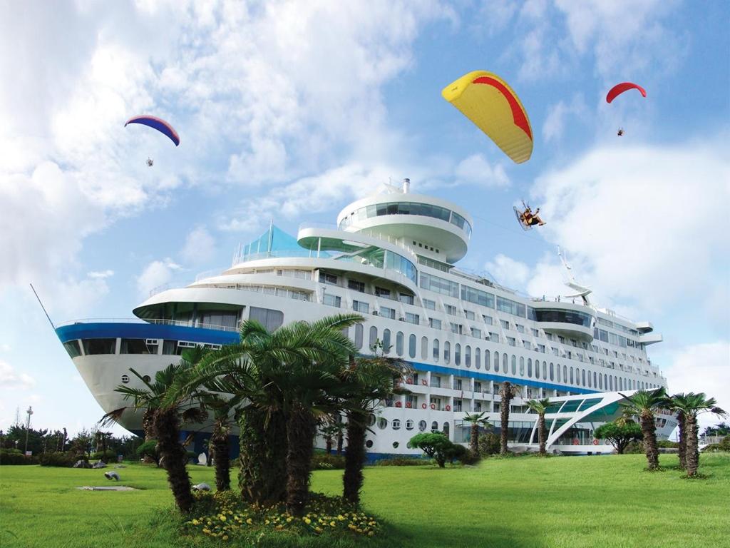 Egy óceánjáró hajó, ami nem is hajó, hanem szálloda
