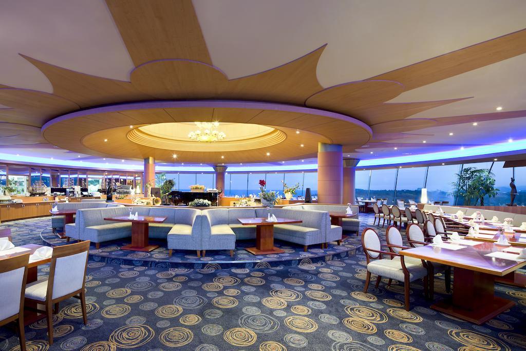 A szálloda 10. emeletén a Sky Lounge-ban élő zongorazene mellet élvezhetjük a pompás kilátást.