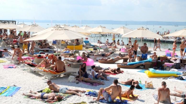 Kétmilliárdot költenek 55 balatoni strandra az idén