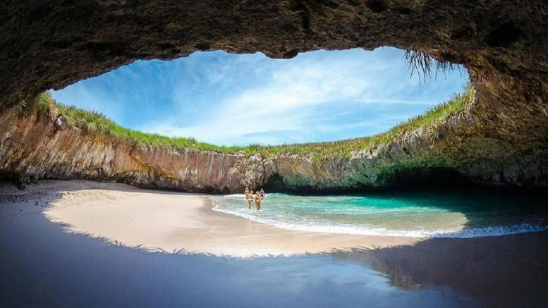 Kristálytiszta víz, finom szemcsés, hófehér homok, a hullámok lágy csobogása… Ez a strand szinte túl szép ahhoz, hogy igaz legyen. Akár egy drága ékszer, úgy el van rejtve egy lyukban, mégpedig Mexikó partjai előtt egy lakatlan szigetcsoport egyik szigetén.