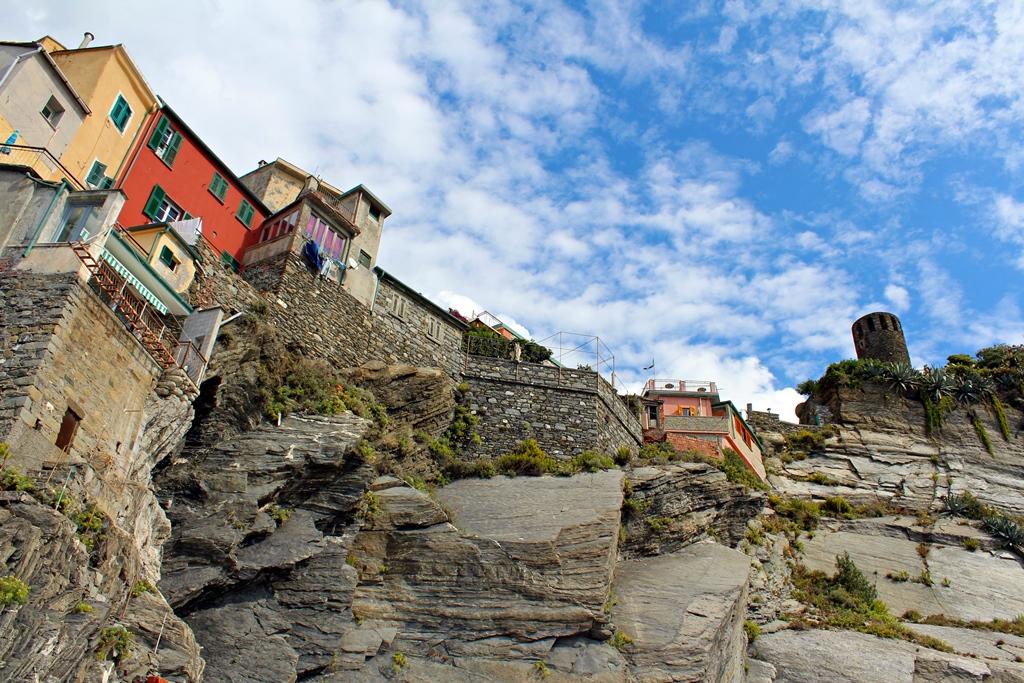 Sziklákra épült pasztellszínű házikók jellemzik Cinque Terre falvait
