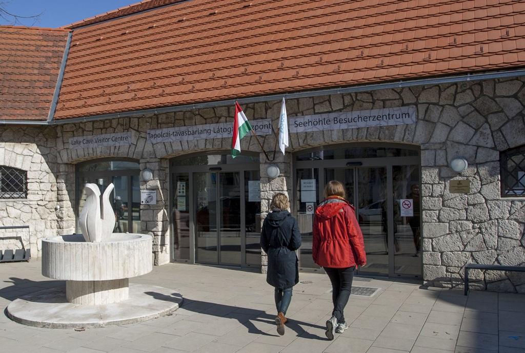 Tapolcai-tavasbarlang Látogatóközpont bejárata - Fotó Korbély Barnabás