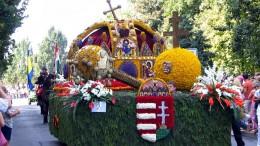A Szent Korona-kompozíció virágkocsija