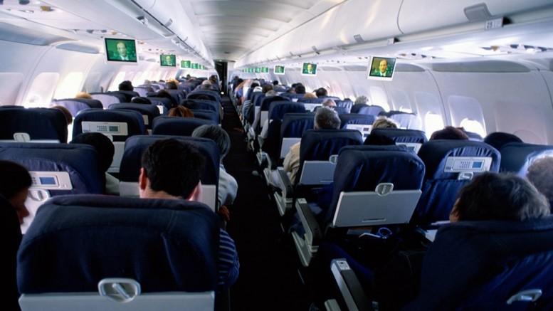 Zsúfolt repülőn utazva