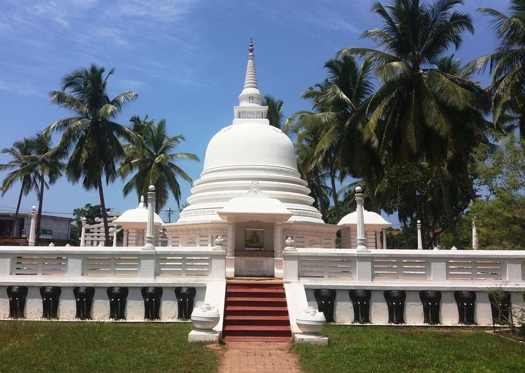 Különlegesen szép fehér sztúpa Negombo városában