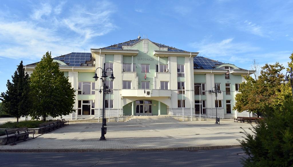 A polgármesteri hivatalnak és a képviselő-testületi üléseknek otthont adó Városházát 1996-ban adták át