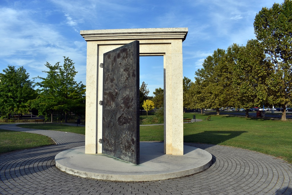 """A város főterén 2000-ben a Millennium tiszteletére felállított """"Időkapu"""""""