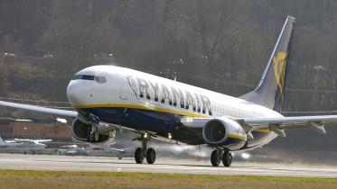 Vadászgépek kíséretében szállt le egy Ryanair-gép
