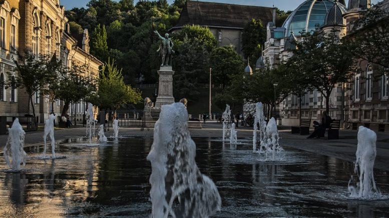Az Erzsébet tér Miskolc belvárosában található, melyet fontos épületek veszik körül, legjelentősebb az Erzsébet fürdő és a műemlék Arany Szarvas Gyógyszertár
