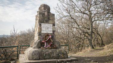 A meredek hegyoldalt 1845-ben maga Petőfi is megmászta barátaival, Vachot Imrével és Vachot Sándorral Esztergomba menvén - erre emlékezve állítottak emléket Petőfi Pihenő néven a Kő-hegyen; Fotók: Pilisi Parkerdő