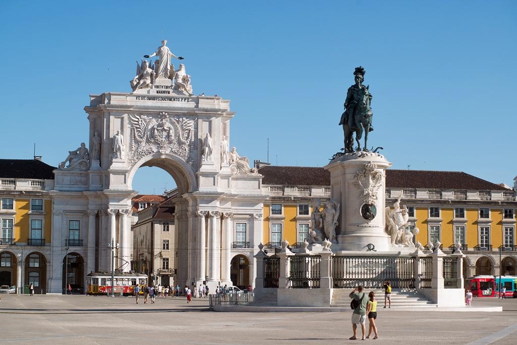 Praça do Comersio tér közepén kapott helyet az újjáépítő I. József király lovas szobra