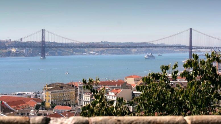 Lisszaboni látkép, háttérben a Tejót átívelő Április 25. híddal; Fotók: Fotók: ©Turismo de Lisboa