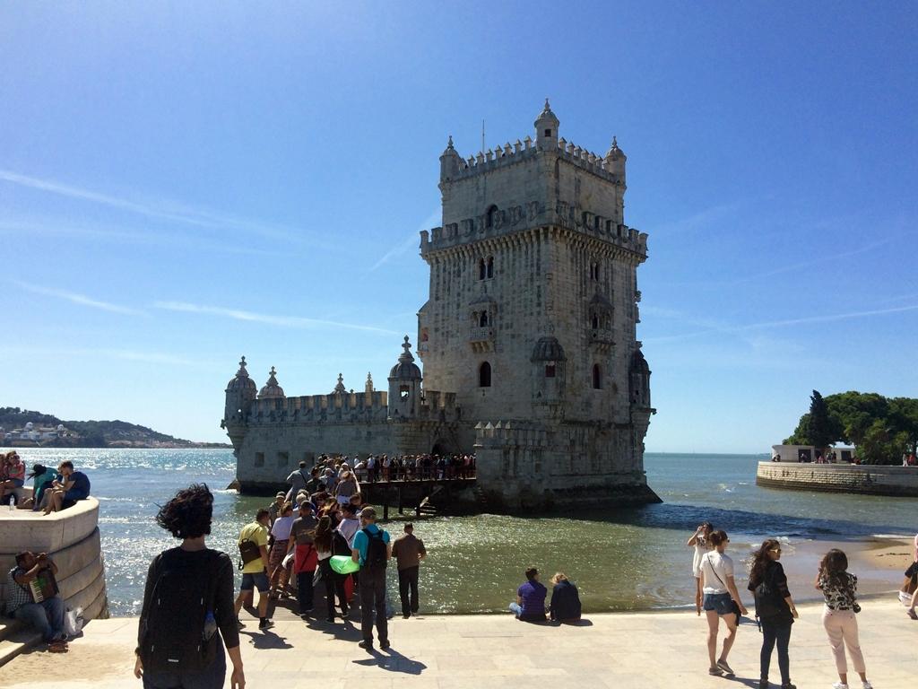 Egy szűk csigalépcsőn fel lehet menni a Belém-torony 35 méter magasan lévő teraszára, ahonnan csodás a kilátás