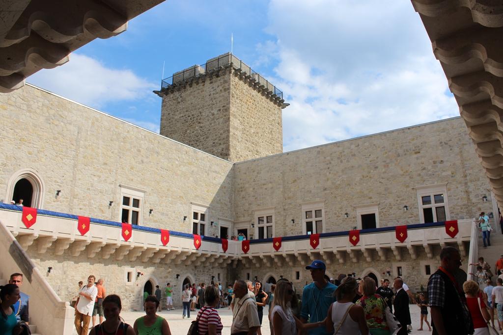 A Diósgyőri vár tágas belső udvara kulturális rendezvényeknek, koncerteknek, színházi előadásoknak is otthont ad