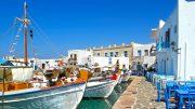 Naoussa egykori halászfalva varázslatos hely, a színes, virágokkal teli kis utcákkal