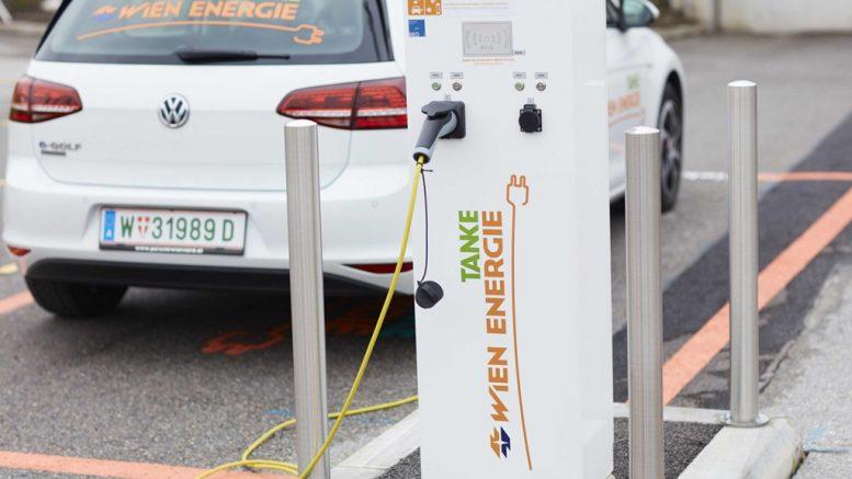 E-töltőállomás egy bécsi parkolóban © Wien Energie / Ehm
