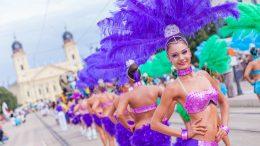 Az augusztus 14-én kezdődő, közel egy hétig tartó, izgalmas programokat kínáló fesztiválra a hazai előadók mellett a világ számos pontjáról érkeznek művészeti csoportok, akik igazi karneváli hangulatot varázsolnak a cívisvárosba