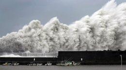 Óriási hullámok Aki Kochi prefektúra halászati kikötőjében ahogy kedden Jebi Tájfun közelít Nyugat-Japánhoz; Fotó: The Japan Times